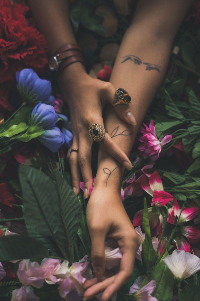mains fleurs